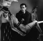 Salvador Dali et son mannequin (photo Denise Bellon. © Les films de l'équinoxe – Fonds photographique Denise Bellon